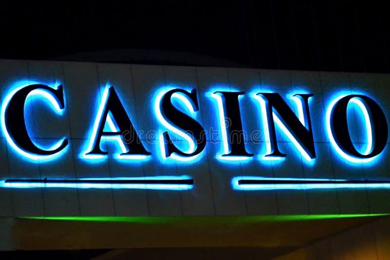 Η χαρτοπαικτική λέσχη σημαδιών φωτισμού τη νύχτα στο κτήριο Απαγορευμένα παιχνίδια, ενθουσιασμός στοκ φωτογραφία με δικαίωμα ελεύθερης χρήσης