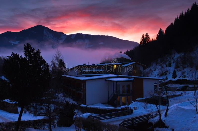 Η χειμερινή αυγή σε Zell AM βλέπει το χωριό, αυστριακές Άλπεις στοκ εικόνα