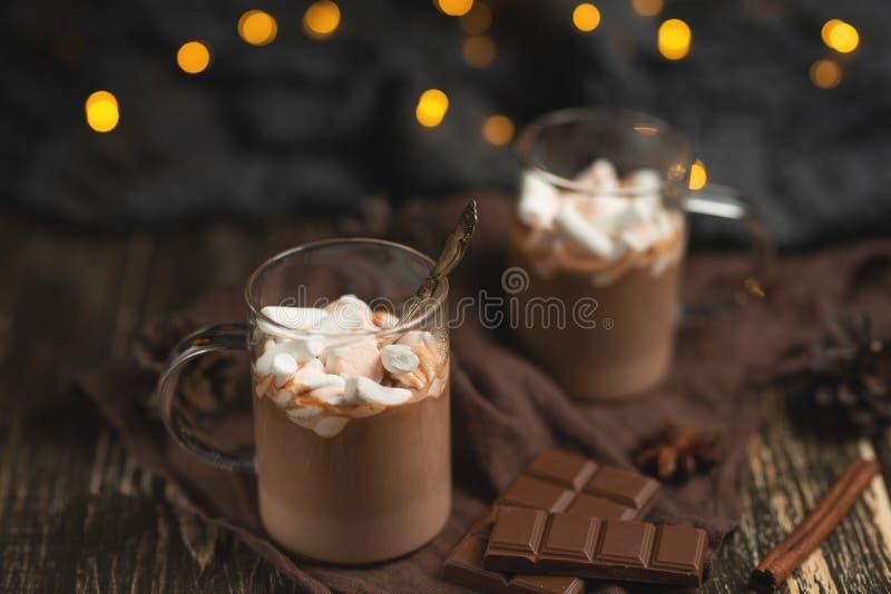 Η χειμερινή καυτή σοκολάτα Χριστουγέννων ή του νέου έτους με marshmallow σε ένα σκοτάδι κλέβει, με τη σοκολάτα, την κανέλα και τα στοκ εικόνα