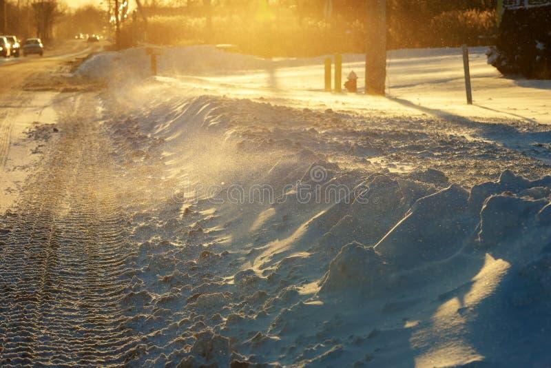 Η χειμερινή κυκλοφορία στην οδό χιονοθυελλών που γεμίζουν με το φρέσκο χιόνι κατά τη διάρκεια μιας θύελλας χιονιού στοκ εικόνες