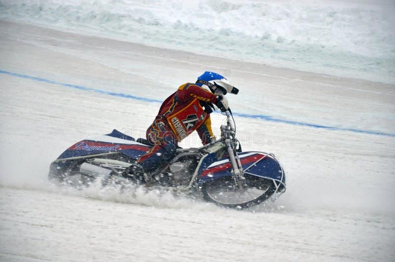 Η χειμερινή πίστα αγώνων η παγωμένη διαδρομή, ανοίγει το γόνατο στοκ εικόνες