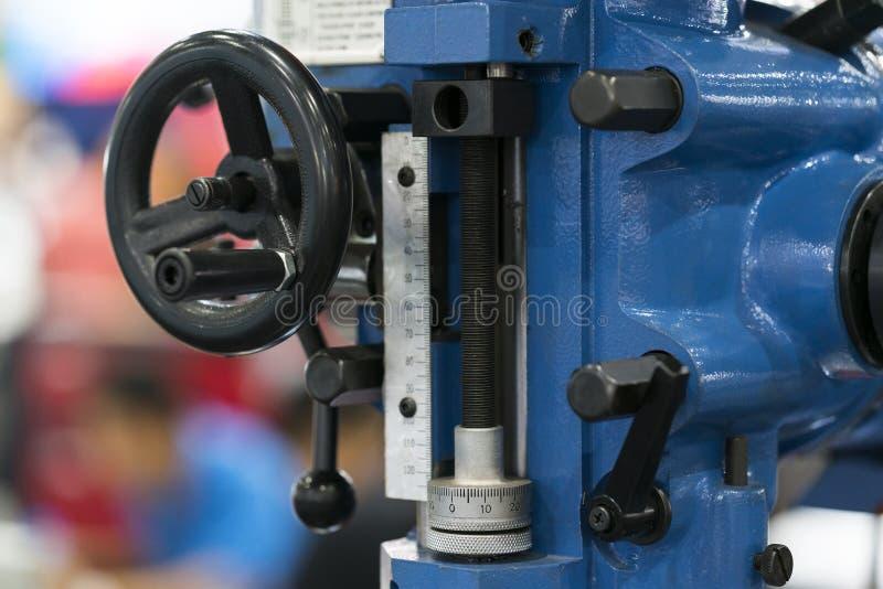 Η χειρωνακτική μηχανή άλεσης με την αυτόματη τρυπώντας με τρυπάνι τρο στοκ φωτογραφία