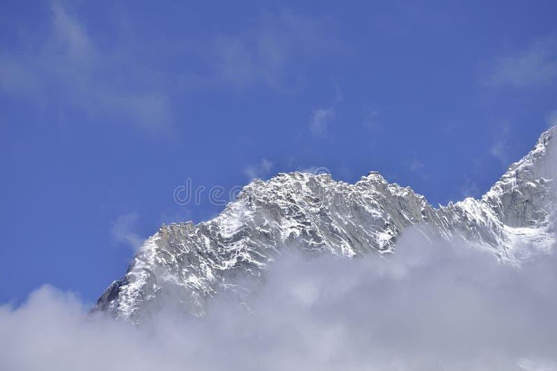 Η χιονισμένη κορυφογραμμή βουνών στοκ φωτογραφίες