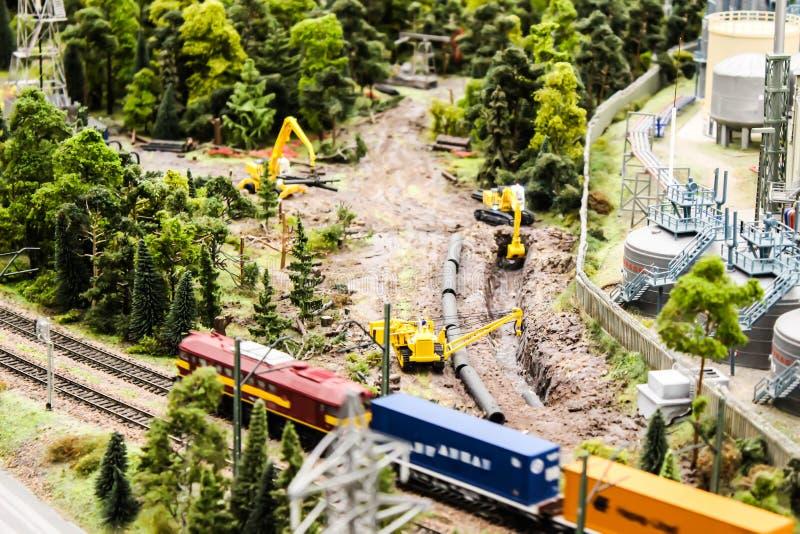 Η χλεύη επάνω στην κατασκευή παιχνιδιών, ο σιδηρόδρομος και η επισκευή μηχανημάτων κατασκευής και χτίζουν στοκ φωτογραφία με δικαίωμα ελεύθερης χρήσης