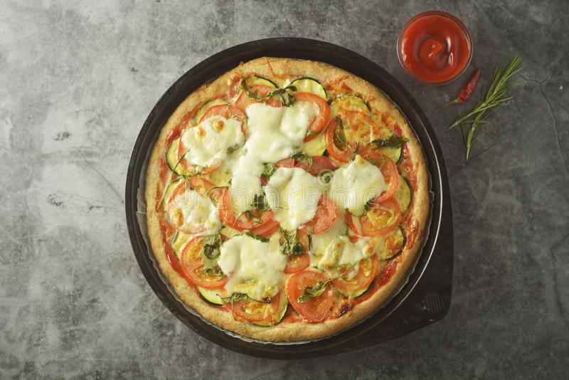 Η χορτοφάγος πίτσα έκανε με τη wholegrain ζύμη, με το zuchinni, τις ντομάτες και το τυρί mozarella Υγιής, dietical πίτσα r στοκ εικόνα