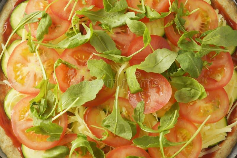 Η χορτοφάγος πίτσα έκανε με τη wholegrain ζύμη, με το zuchinni, τις ντομάτες και το τυρί mozarella Υγιής, dietical πίτσα r στοκ φωτογραφία με δικαίωμα ελεύθερης χρήσης