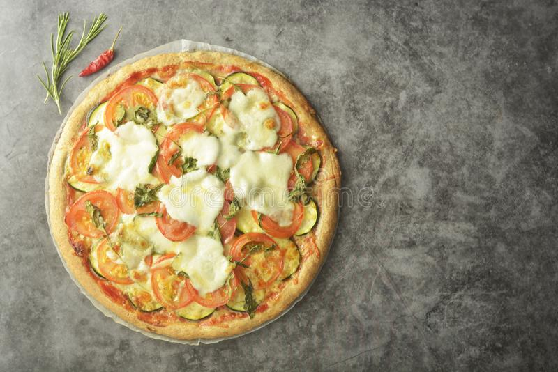 Η χορτοφάγος πίτσα έκανε με τη wholegrain ζύμη, με το zuchinni, τις ντομάτες και το τυρί mozarella Υγιής, dietical πίτσα r στοκ εικόνες