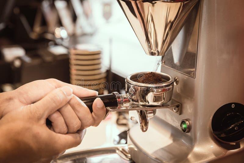 Η χρήση Barista grider κάνει έναν καφέ με τον εκλεκτής ποιότητας τόνο στοκ φωτογραφίες με δικαίωμα ελεύθερης χρήσης