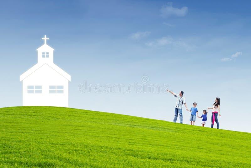 Η χριστιανική οικογένεια πηγαίνει στην εκκλησία απεικόνιση αποθεμάτων