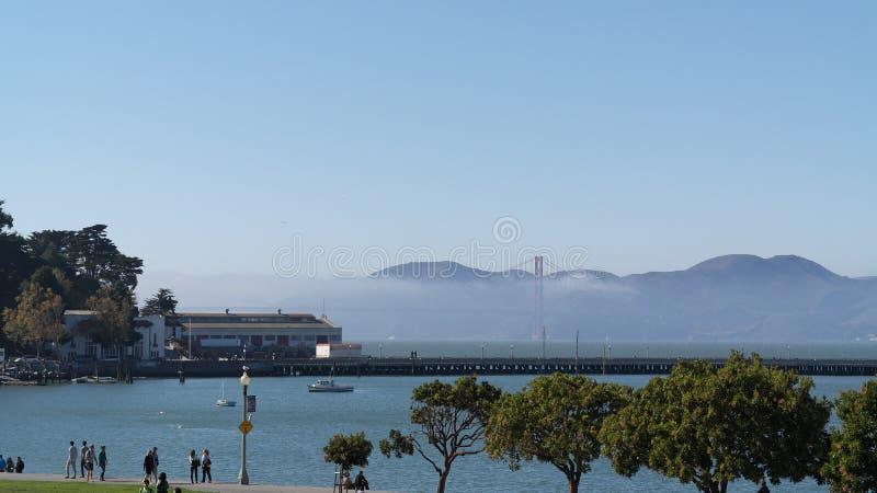Η χρυσή γέφυρα πυλών στην υδρονέφωση στοκ εικόνες