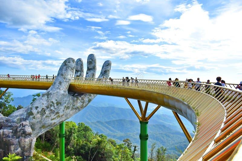 Η χρυσή γέφυρα στους λόφους Bana, DA Nang, Βιετνάμ στοκ φωτογραφίες