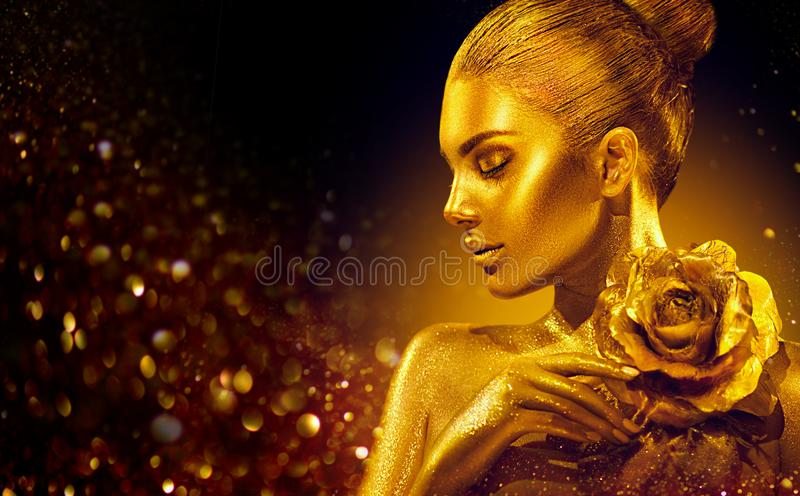 Η χρυσή γυναίκα δερμάτων με αυξήθηκε Πορτρέτο τέχνης μόδας Πρότυπο κορίτσι με λαμπρό επαγγελματικό makeup γοητείας διακοπών το χρ στοκ φωτογραφία