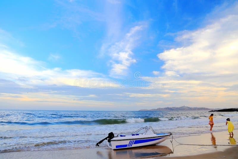 Η χρυσή παραλία και τα καλά κορίτσια στο νησί Pingtan στοκ εικόνα