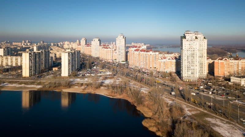 Η χρυσή πόλη που εξετάζει τον ποταμό Dnieper στην ανατολή Περιοχή Obolon του Κίεβου, στοκ εικόνα με δικαίωμα ελεύθερης χρήσης