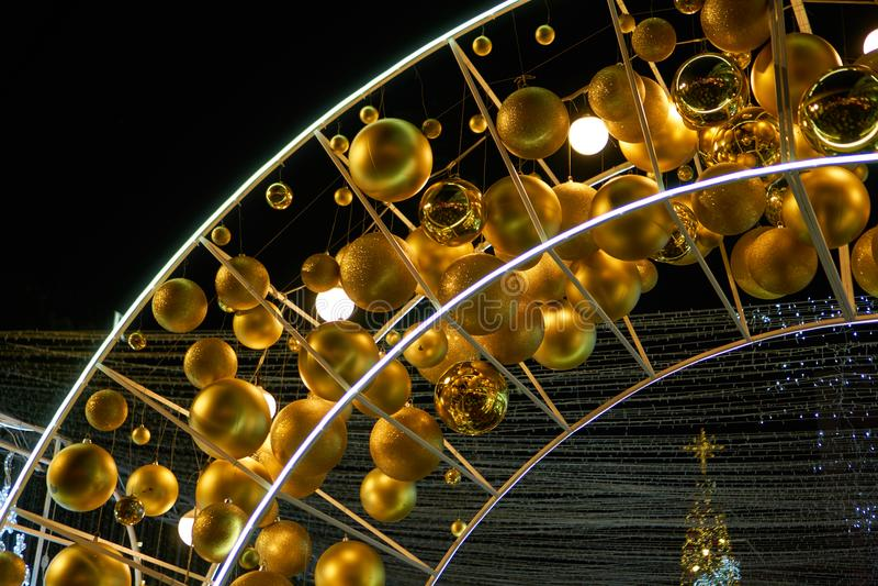 Η χρυσή σφαίρα στη ράβδο καμπυλών metel για διακοσμεί στο celecration στοκ εικόνα με δικαίωμα ελεύθερης χρήσης