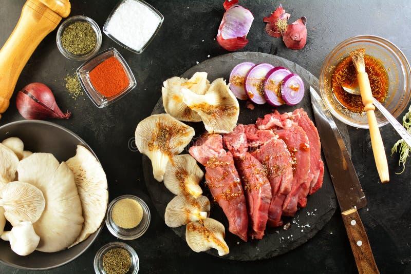 Η ψημένη στη σχάρα μπριζόλα βόειου κρέατος με το στρείδι ξεφυτρώνει - ένα εύγευστο keto γεύμα διατροφής με φωτογραφίες τις ολόκλη στοκ φωτογραφία