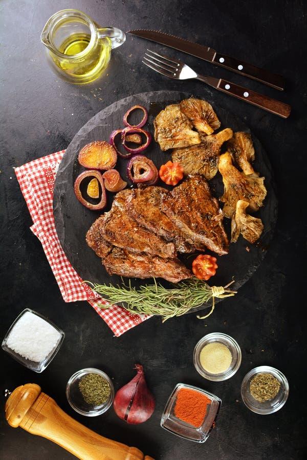 Η ψημένη στη σχάρα μπριζόλα βόειου κρέατος με το στρείδι ξεφυτρώνει - ένα εύγευστο keto γεύμα διατροφής με φωτογραφίες τις ολόκλη στοκ εικόνες