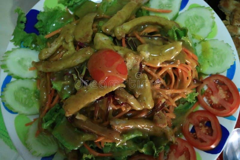 Η ψημένη στη σχάρα σαλάτα χοιρινού κρέατος, διπλά φρέσκα, καθαρά λαχανικά σαλάτας εμβύθισης έχει τα οφέλη για την υγεία στοκ εικόνα