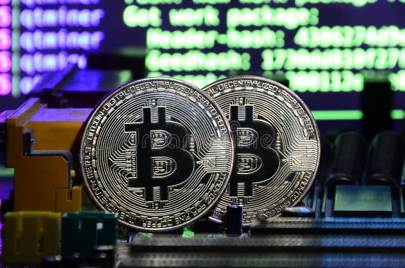 Η ψηφιακή διαδικασία της μεταλλείας cryptocurrency με τη χρησιμοποίηση του GPUs Bitcoins και τηλεοπτική κάρτα σε μια λειτουργώντα στοκ φωτογραφία με δικαίωμα ελεύθερης χρήσης