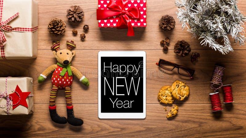 Η ψηφιακή ταμπλέτα και παρουσιάζει, νέα έννοια έτους στοκ εικόνα