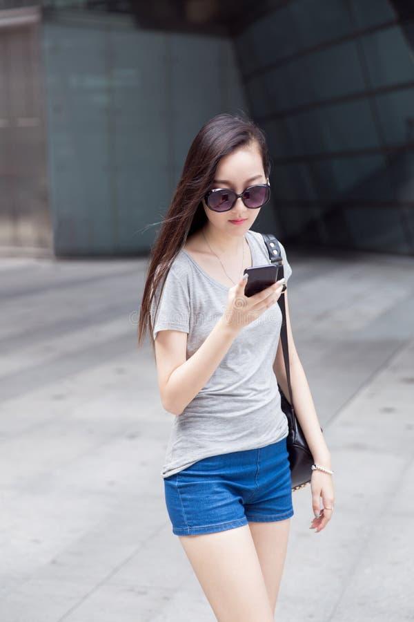Download Η ψωνίζοντας γυναίκα που φορά τα γυαλιά κεντρικός Στοκ Εικόνες - εικόνα από σορτς, ευτυχής: 62706578