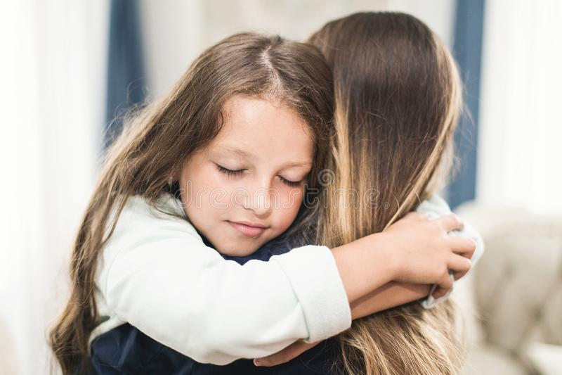 Η όμορφες νέες γυναίκα και που γοητεύουν λίγη κόρη αγκαλιάζουν και χαμογελούν στοκ φωτογραφία με δικαίωμα ελεύθερης χρήσης
