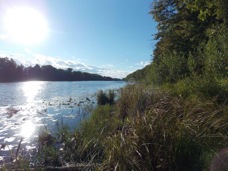 Η όμορφη άποψη της αντανάκλασης του ήλιου στο νερό της λίμνης στοκ φωτογραφία με δικαίωμα ελεύθερης χρήσης