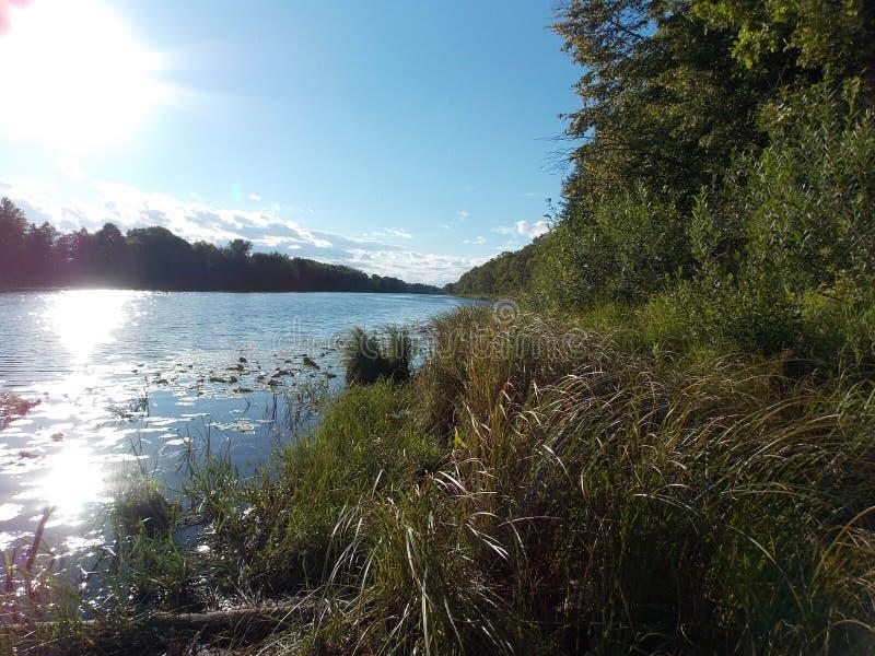 Η όμορφη άποψη της αντανάκλασης του ήλιου στο νερό της λίμνης 2 στοκ εικόνα με δικαίωμα ελεύθερης χρήσης