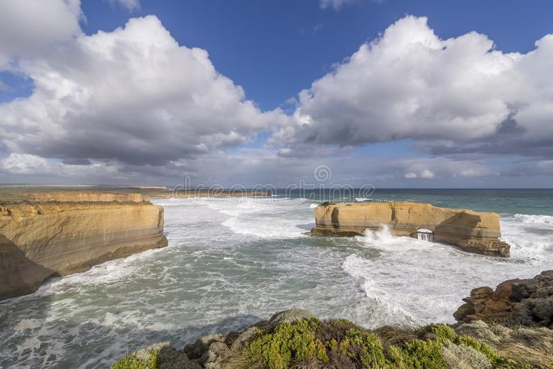 Η όμορφη άποψη του μεγάλου βράχου κάλεσε το φούρνο αρτοποιών μια θυελλώδη ηλιόλουστη ημέρα, μεγάλος ωκεάνιος δρόμος, Αυστραλία στοκ φωτογραφία με δικαίωμα ελεύθερης χρήσης
