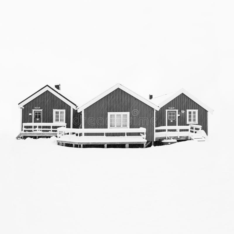 Η όμορφη άποψη φυσικού το χειμερινό τοπίο αρχιπελαγών νησιών με τις παραδοσιακές καμπίνες Rorbuer ψαράδων στενός κόκκινος χρόνος  ελεύθερη απεικόνιση δικαιώματος