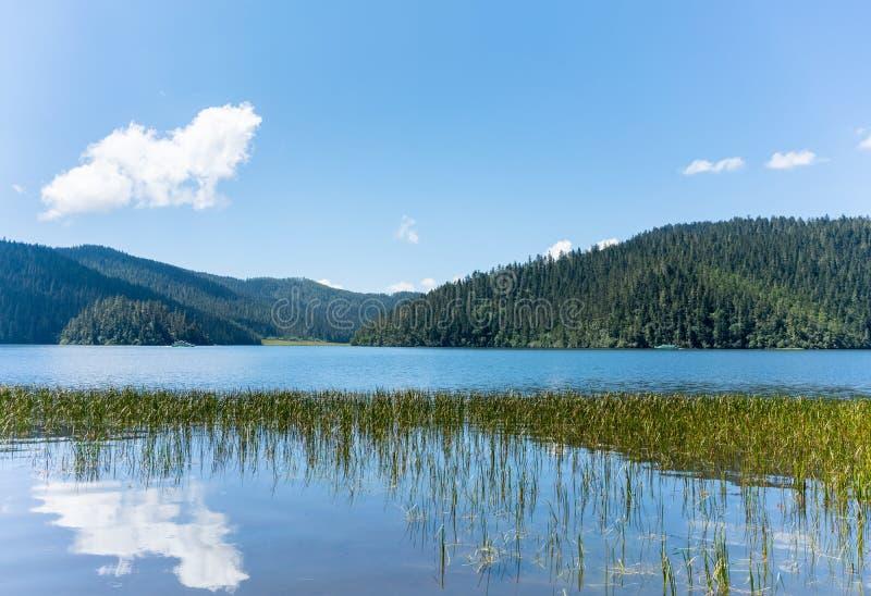 Η όμορφη λίμνη shudu είναι μια αλπική λίμνη στοκ φωτογραφίες