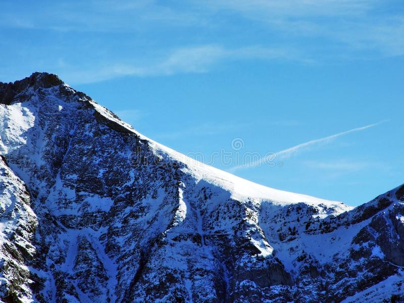 Η όμορφη αλπική αιχμή Santis στη σειρά βουνών Alpstein, κάτω από μια κάλυψη χιονιού στοκ φωτογραφία