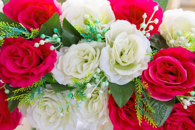 Η όμορφη ανθοδέσμη των κόκκινων τριαντάφυλλων και άσπρος αυξήθηκε στοκ φωτογραφίες