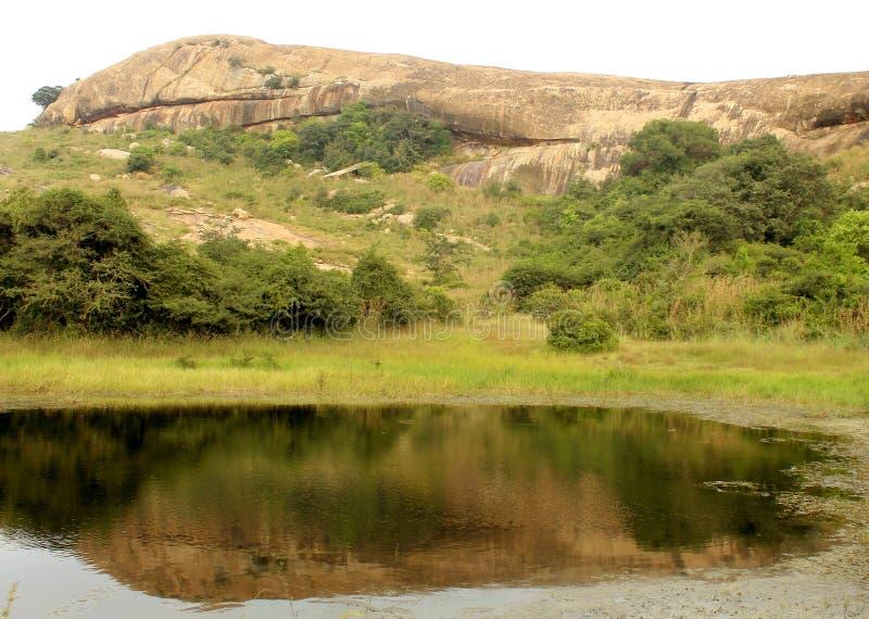 Η όμορφη αντανάκλαση λόφων στη λίμνη στο sittanavasal ναό σπηλιών σύνθετο στοκ φωτογραφία με δικαίωμα ελεύθερης χρήσης
