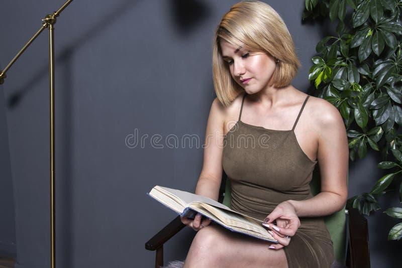 Η όμορφη γυναίκα διαβάζει το βιβλίο στο επίπεδο νεολαίες κοριτσιών βιβ&lamb στοκ εικόνες με δικαίωμα ελεύθερης χρήσης