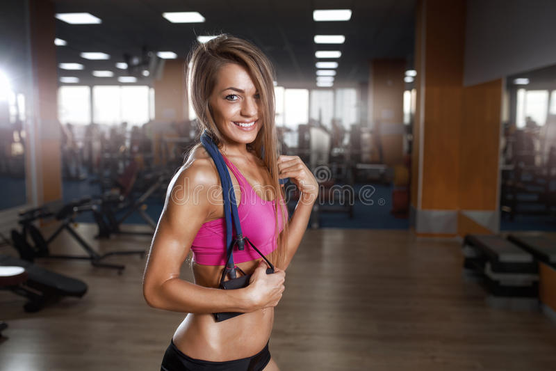 Download Η όμορφη γυναίκα ικανότητας εκτελεί την άσκηση με τον αποσυμπιεστή στη γυμναστική Στοκ Εικόνα - εικόνα από υγιής, άσκηση: 62716339