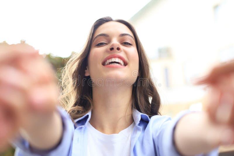 Η όμορφη γυναίκα λέει ή μιλάει στο αγόρι της που μου δίνει τα χέρια σου ή με τραβάει σε παρακαλώ με χαμογελαστό πρόσωπο στοκ φωτογραφία με δικαίωμα ελεύθερης χρήσης