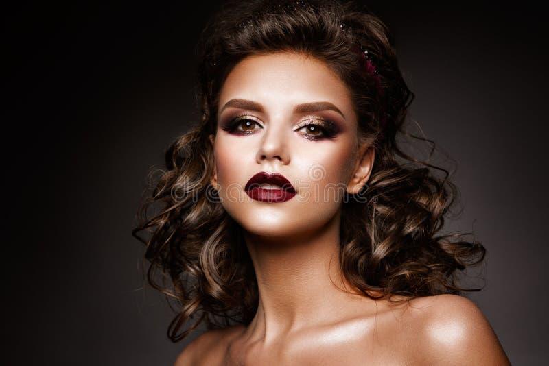 Η όμορφη γυναίκα με τον επαγγελματία αποτελεί στοκ εικόνες με δικαίωμα ελεύθερης χρήσης
