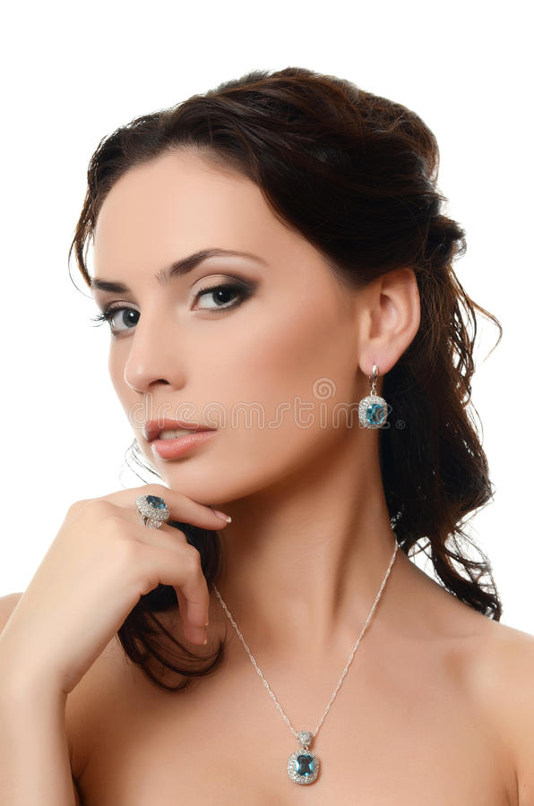 Η όμορφη γυναίκα με το ακριβό κόσμημα στοκ εικόνες με δικαίωμα ελεύθερης χρήσης