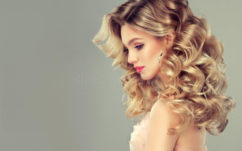 Η όμορφη γυναίκα με το μαλακό χαμόγελο στο πρόσωπο καταδεικνύει το μακροχρόνιο και σγουρό hairstyle Πορτρέτο στο σχεδιάγραμμα στοκ εικόνα