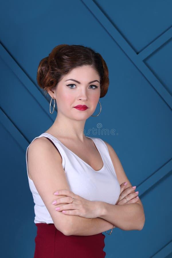 Η όμορφη γυναίκα με το hairdo και στη φούστα θέτει στοκ φωτογραφίες με δικαίωμα ελεύθερης χρήσης