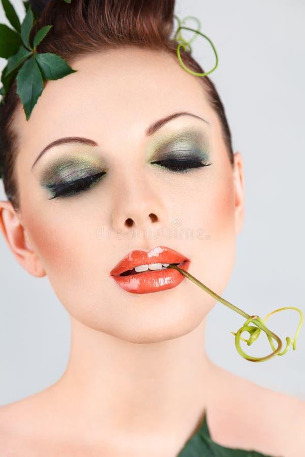 Η όμορφη γυναίκα μόδας με τη δημιουργική τέχνη αποτελεί στοκ φωτογραφίες με δικαίωμα ελεύθερης χρήσης