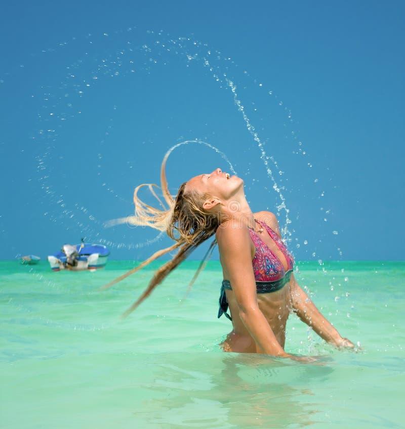 Η όμορφη γυναίκα ξαναρίχνει το τρίχωμα από το ύδωρ στοκ φωτογραφία με δικαίωμα ελεύθερης χρήσης