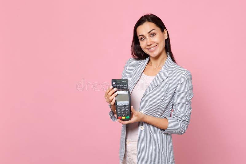 Η όμορφη γυναίκα που κρατά το ασύρματο σύγχρονο τερματικό πληρωμής τραπεζών στη διαδικασία, αποκτά τις πληρωμές με πιστωτική κάρτ στοκ φωτογραφία με δικαίωμα ελεύθερης χρήσης
