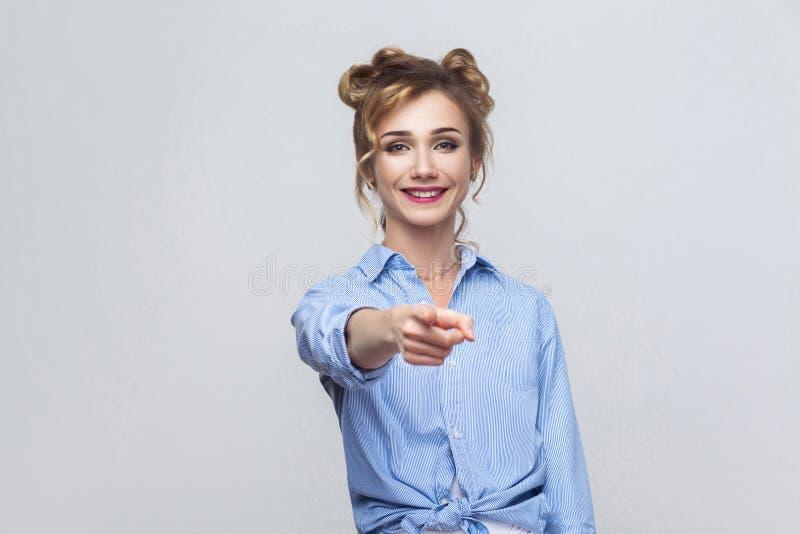 Η όμορφη γυναίκα, που φορά το μπλε πουκάμισο, που έχει την ευτυχία κοιτάζει, στοκ εικόνες με δικαίωμα ελεύθερης χρήσης