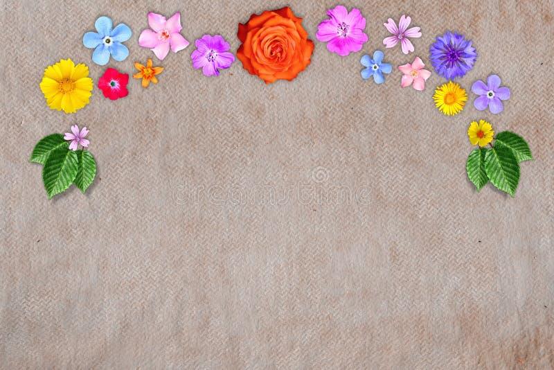 Η όμορφη διακόσμηση ανθίζει το πλαίσιο με κενό στο κέντρο στο κόκκινο συνθετικό υπόβαθρο υφάσματος Floral σύνθεση της άνοιξης ή τ στοκ φωτογραφίες με δικαίωμα ελεύθερης χρήσης