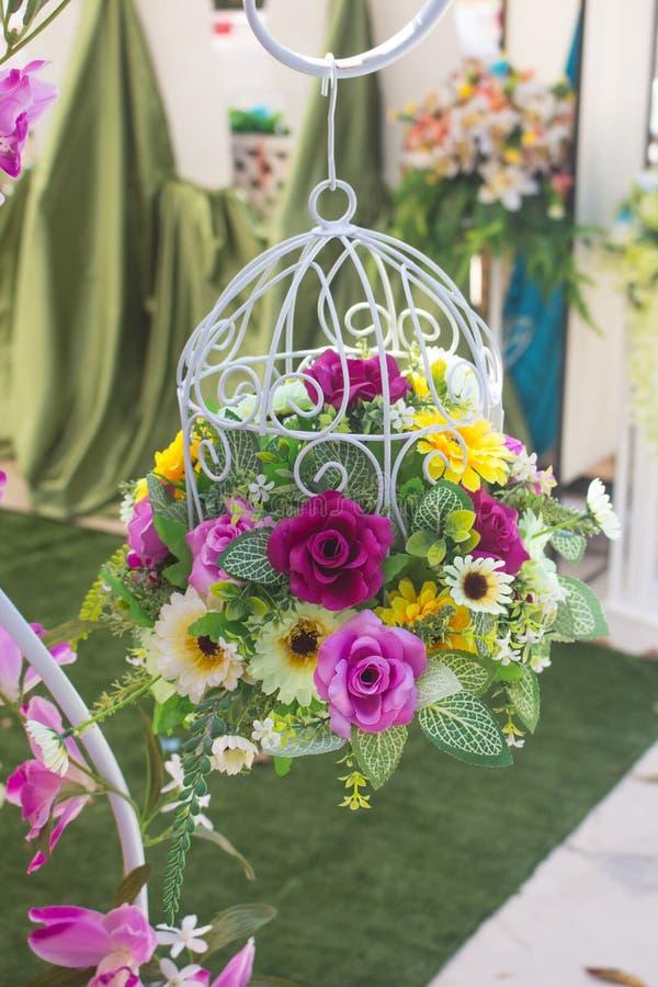 Η όμορφη διακόσμηση ανθίζει το υπόβαθρο για τη γαμήλια σκηνή στοκ εικόνες