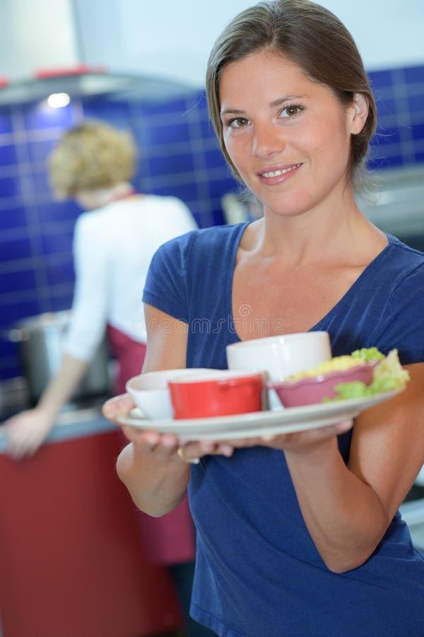 Η όμορφη εκμετάλλευση μπαργούμαν καλύπτει τις σαλάτες στο φραγμό στοκ φωτογραφία με δικαίωμα ελεύθερης χρήσης
