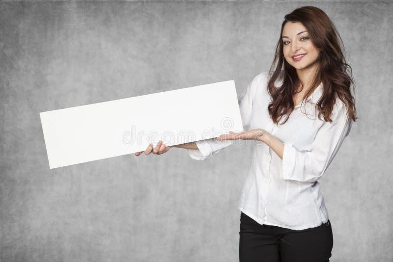 Η όμορφη επιχειρηματίας παρουσιάζει μια θέση για τη διαφήμιση στοκ φωτογραφίες με δικαίωμα ελεύθερης χρήσης