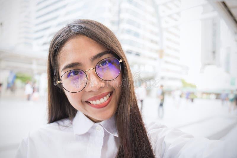 Η όμορφη επιχειρησιακή γυναίκα παίρνει μια αυτοπροσωπογραφία με το έξυπνο τηλέφωνό της έξω στοκ εικόνες